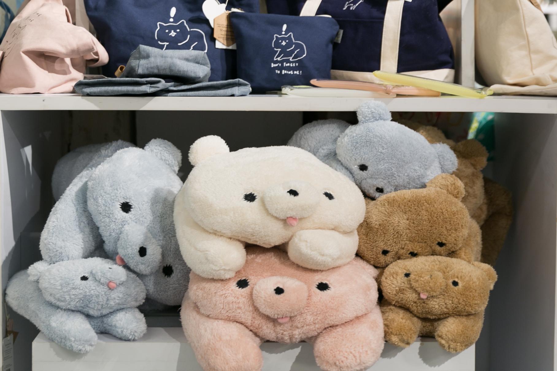 我想大家都知道奸夫是什麼,而這個則是與奸夫同一個集團的公仔,最另一個設計師所設計的新公仔Mochikuma,可愛的小熊,有不同尺寸及四種不同顏色。小size:HKD$119,大size:HKD$279。