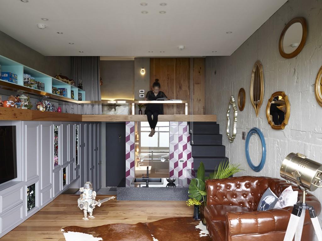 因為有樓底高的優勢,所以設計師在這空間中加開一個二樓的睡眠區,金鋼圍欄巧妙地設計成書桌,令這圍欄變得多用途,讓小面積空間發揮最大功能。