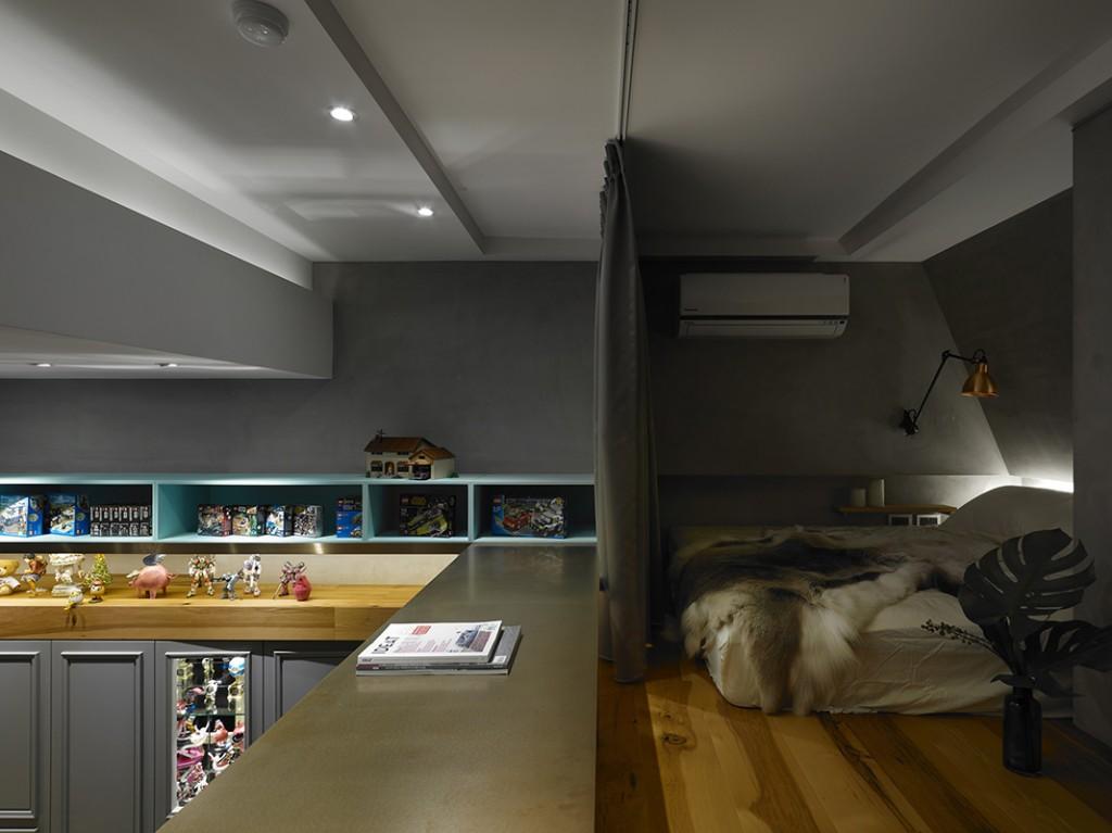 二樓睡眠區以灰色為主,沒有床架的床可以減少空間高度的利用。