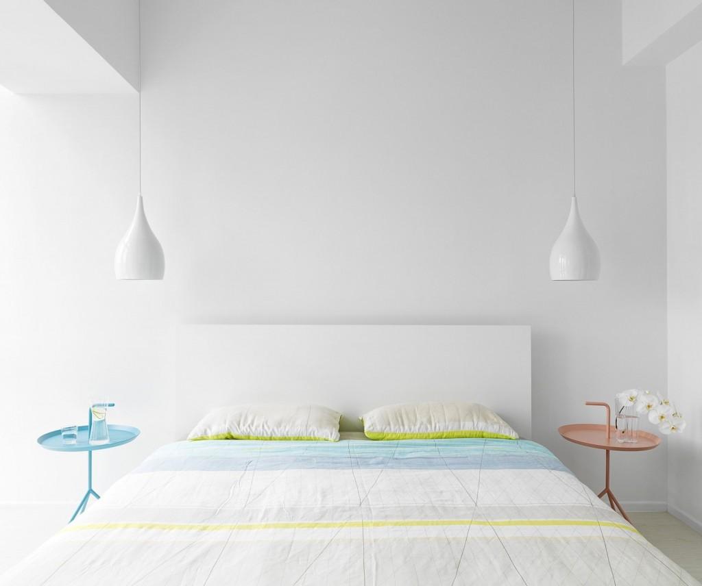 主人房設計十分對稱,左右兩旁都是白色吊燈,以及兩在吊燈下方擺放一張小茶几。